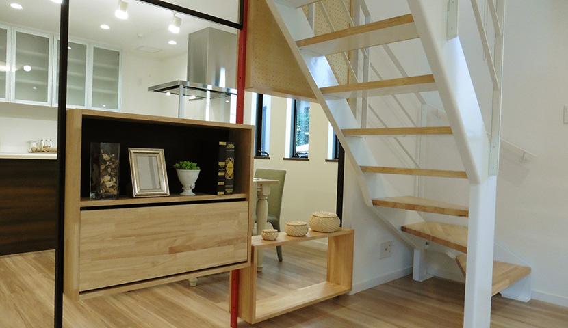 スチール製のカスタムウォールとシースルー階段(B号棟)