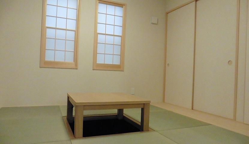 電気式堀座卓のある和室(B号棟)
