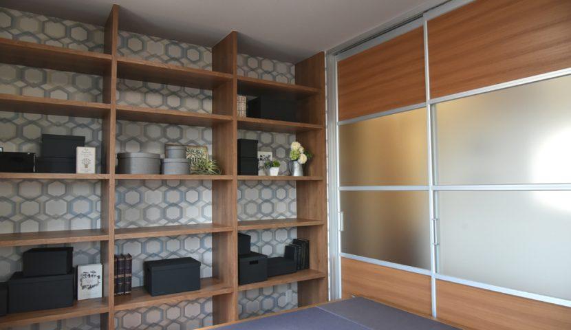洋室に置き畳と壁面いっぱいの本棚を設置:TATAMI
