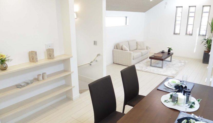 2階リビング+ホワイト系のインテリアで明るく軽やかなファミリースペース。ダイニングの壁には飾り棚を設置。