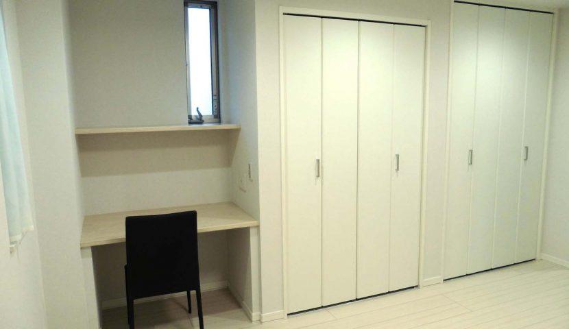 7.7帖の主寝室には大型のクローゼットとカウンターデスクが設置されています。