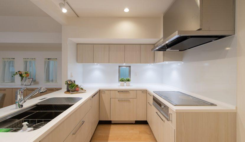 作業動線がスムーズなU型キッチンは少し広めな4.2帖