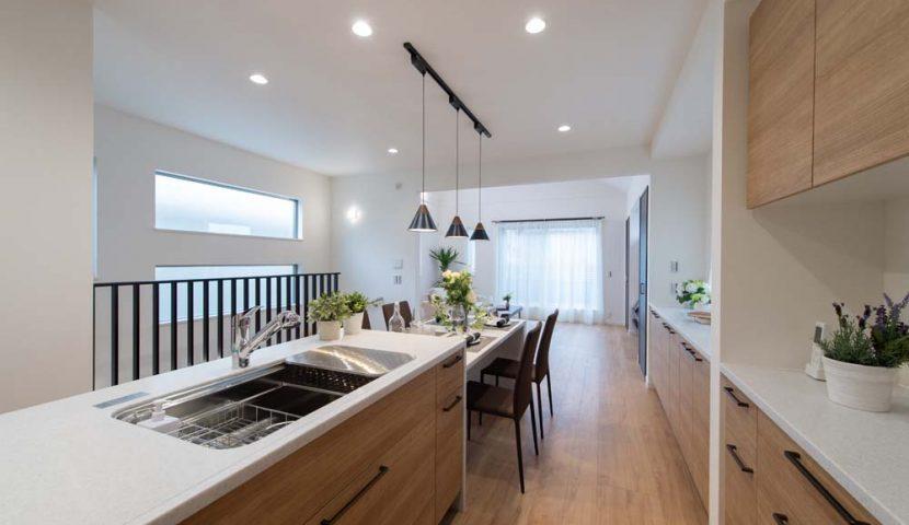 キッチン・食器棚・カウンター収納がお揃いでスマートな住空間