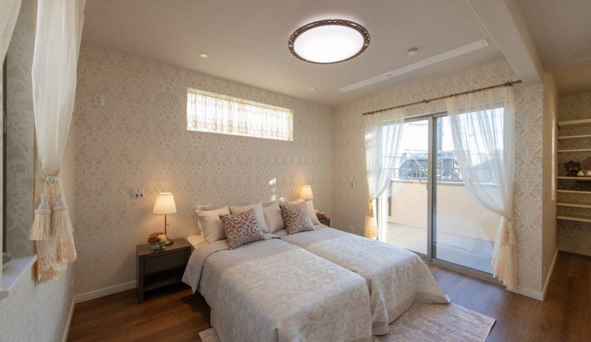居心地を高めるDENと利便性の高いWIC付きの光差す主寝室。