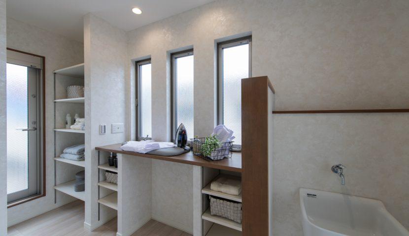 洗濯・物干し・アイロンがけ・汚れもの洗いなどが効率よく行えるランドリーコーナー(2階世帯)