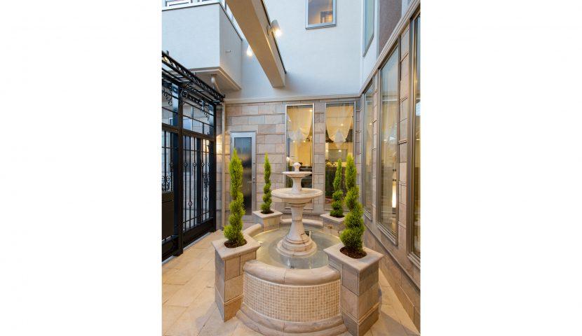 中庭には、豪華な水のモニュメントとなる噴水を採用。(A号棟)