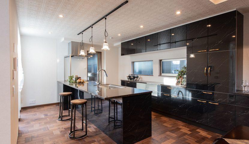 3人掛けができるカウンター付キッチン。料理をしながらも会話を楽しめる大人空間を演出しました。(A号棟)