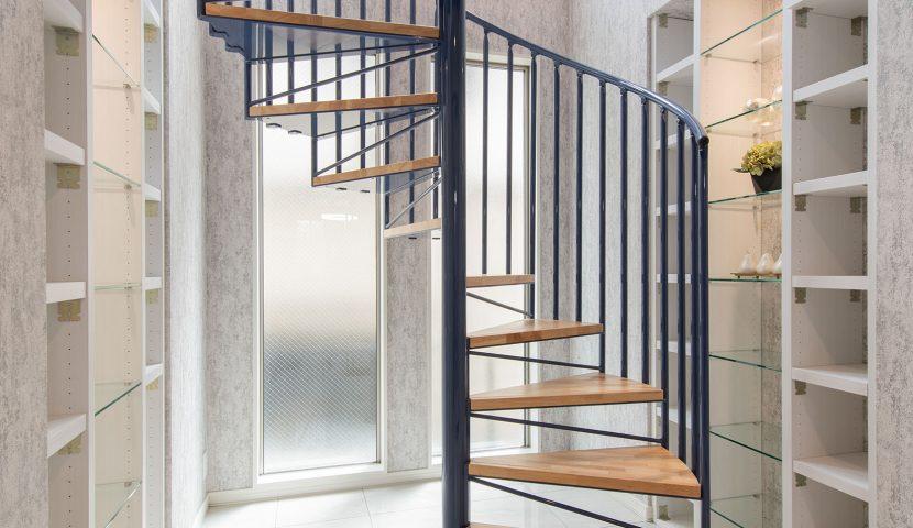 シンボリックな美しいらせん鉄骨階段が出迎える大理石調タイル張りのホール。(B号棟)